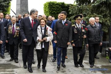 Porochenko et Hroїsman ont déposé des fleurs sur la tombe du soldat inconnu (photos, vidéo)
