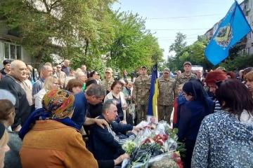 """У Сєвєродонецьку поховали загиблого на Донбасі бійця """"Айдара"""""""