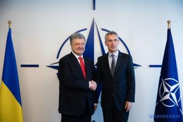 Poroshenko y Stoltenberg discuten la situación de seguridad en los mares Negro y de Azov