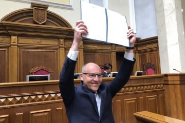 Parubiy firma la ley sobre el idioma