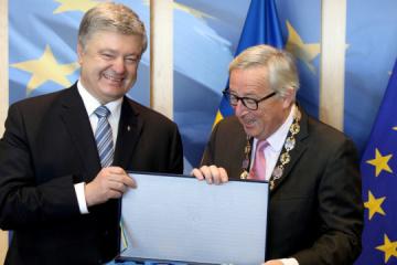 Poroshenko thanks European Commission President for assistance, presents state award. Photo