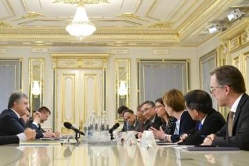 Poroshenko calls on ambassadors of G7 to continue support Ukraine