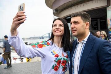 Volodymyr Hroisman en vyshyvanka a posé pour des photos avec les Ukrainiens