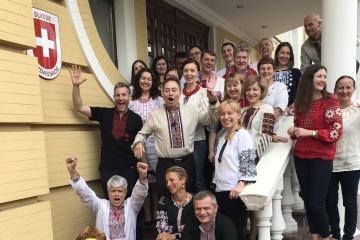 Gratulationen ausländischer Botschaften zum Wyschywanka-Tag – Fotos, Videos