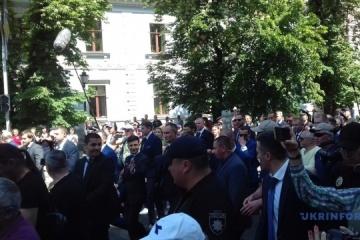 Zelensky llega a la Administración Presidencial a pie (Fotos)