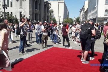 大統領前の広場が市民の見学のために開放