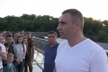 Кличко обещает, что защитное стекло на новом мосту восстановят в течение суток