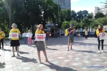 Activistas frente a la Rada exigen adoptar la ley sobre la prohibición de la producción de pieles (Fotos)