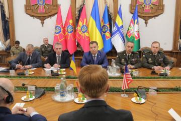 Poltorak y Lankford discuten la cooperación en defensa (Fotos)