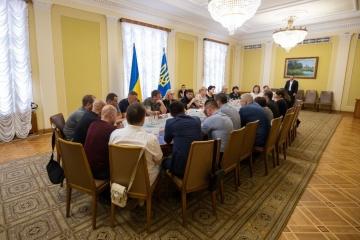 Zelensky se reúne con los familiares y amigos de los ucranianos cautivos