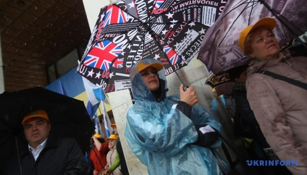 У Києві негода не налякала представників профспілок — мітингують під Українським домом