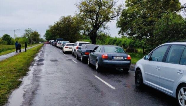 На Закарпатье сотни машин застряли в очередях на пунктах пропуска