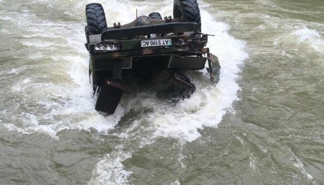 Аварія вантажівки на Прикарпатті: затримали чиновника, який дав дозвіл на перевезення