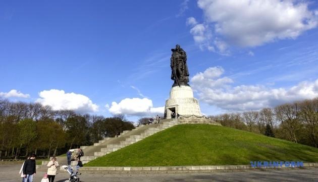 Відомому пам'ятнику солдатові в Берліні виповнилося 70