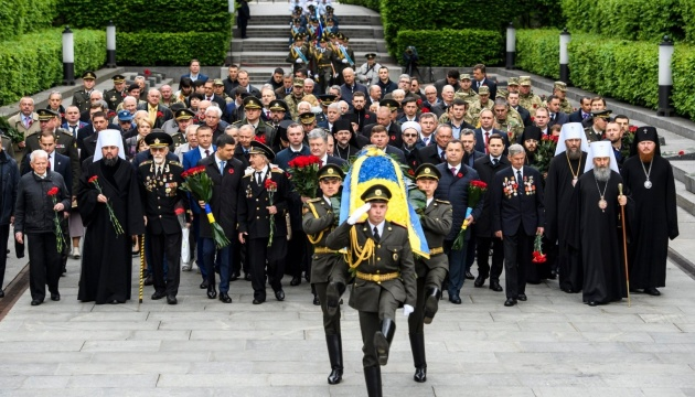 Poroshenko, Groysman lay flowers at Tomb of the Unknown Soldier. Photos, video