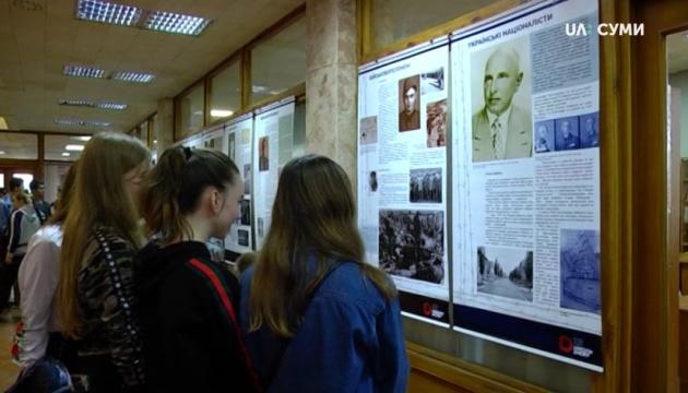 Виставку про українців, які пройшли нацистські концтабори, відкрили у Сумах