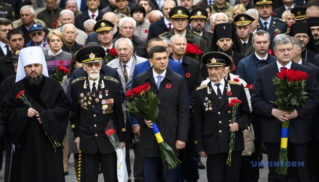 Poroshenko y Groysman depositan flores en la tumba del soldado desconocido (Fotos, Vídeo)
