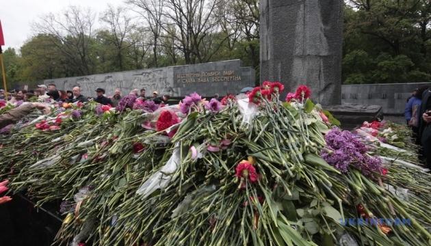 Покладання квітів до меморіалу у Харкові обійшлося без сутичок