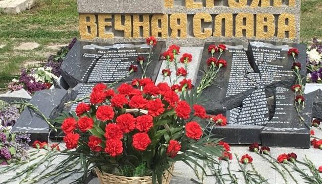 В Крыму вандалы разбили памятник с именами погибших во Вторую мировую крымских татар