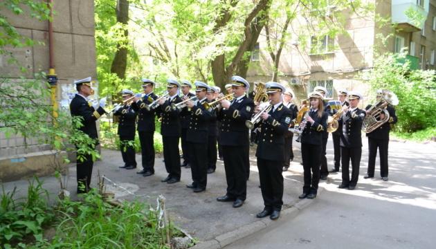 В Одесі  ветерана-морпіха привітали концертом під його балконом