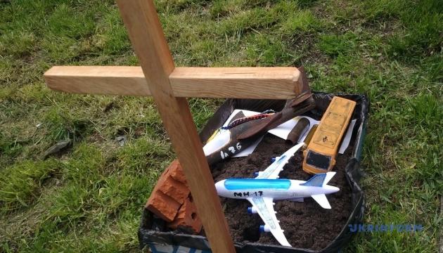 Під посольством РФ у Києві закопали макети МН17 та автобуса з Волновахи