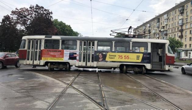 У Харкові трамвай зіткнувся з автівкою, постраждали жінка і дитина