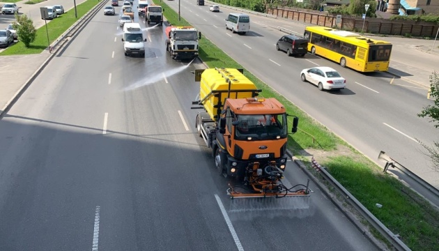 Від кіптяви, нальоту та хлоридів: дороги Києва чистять мийними засобами