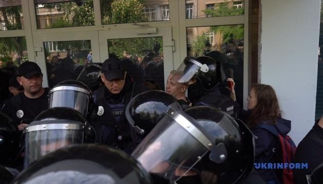В столкновениях под МВД пострадали трое правоохранителей