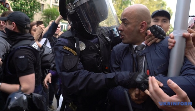 Мітинг під МВС: сталася штовханина, поліція застосувала сльозогінний газ