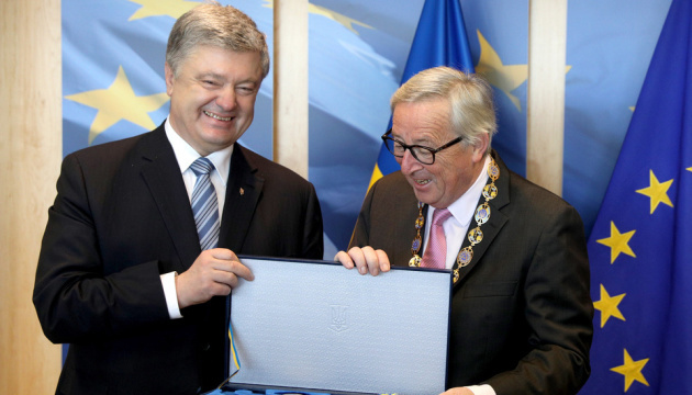 Poroshenko thanks European Commission President for assistance, presents state award. Photo