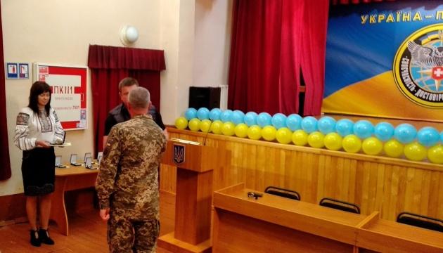Начальник ГУР МО України вручив розвідникам ордери на службове житло