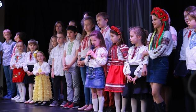 Маленькі українці в Угорщині привітали матусь зі святом віршами і «зірочками щастя»