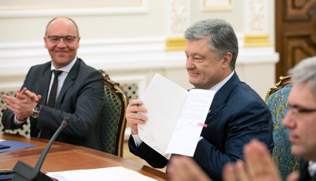 President Poroshenko signs language law