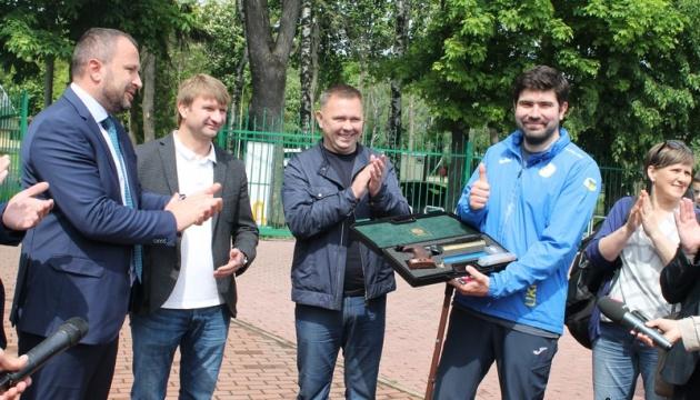 У Вінниці паралімпійцю Денисюку коштом бюджету придбали спортивну зброю