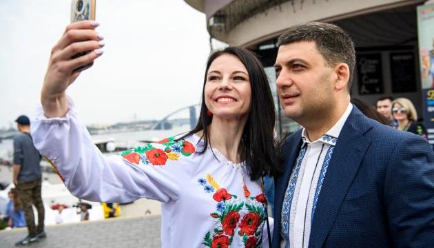 フロイスマン首相、ヴィシヴァンカを着て市民と写真撮影
