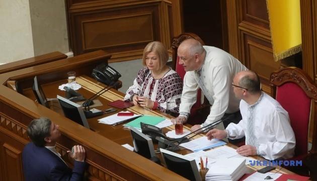 最高会議でヴィシヴァンカを着る議員たち