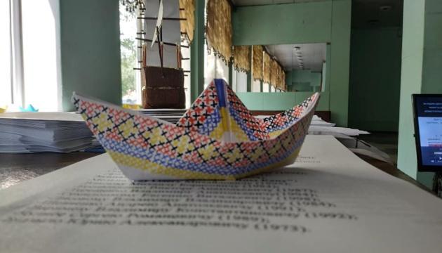 """Жовто-блакитний кораблик на підтримку полонених моряків """"надягнув"""" вишиванку"""