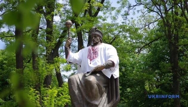 У Полтаві вбрали у вишиванку пам'ятник Мазепі