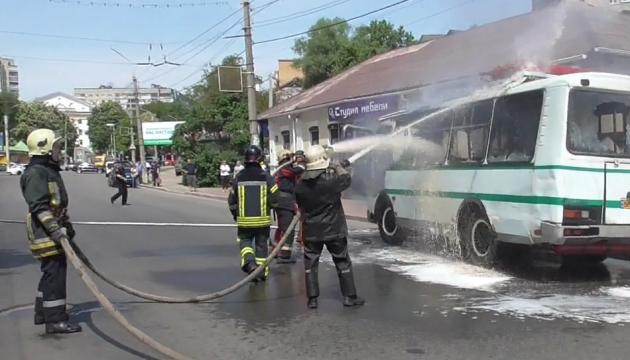 У Сумах на переповненій вулиці спалахнув автобус