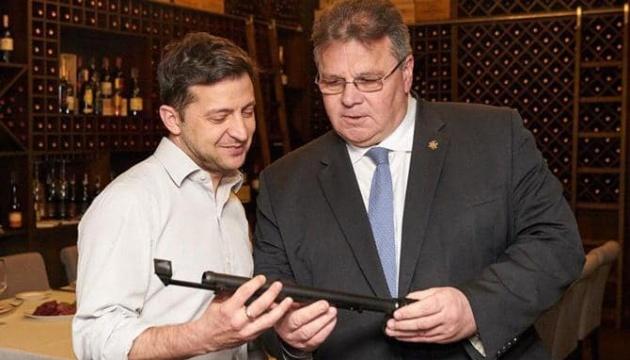 Зеленський передав волонтерам перископ, куплений на гроші литовців