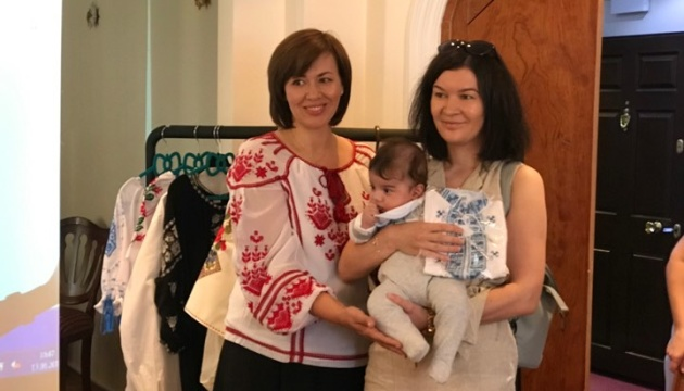 В Анкарі вручили вишиванки новонародженим Українцям