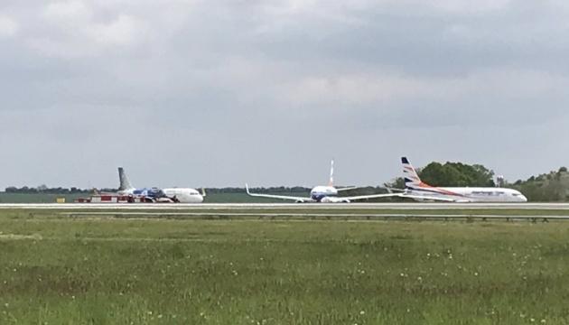 В аеропорту Праги Boeing зачепив крилом хвіст іншого літака