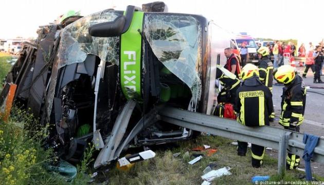 У Німеччині перекинувся автобус: більше 60 потерпілих