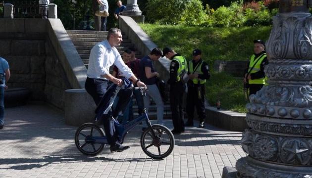 Кличко поехал на инаугурацию Зеленского на велосипеде