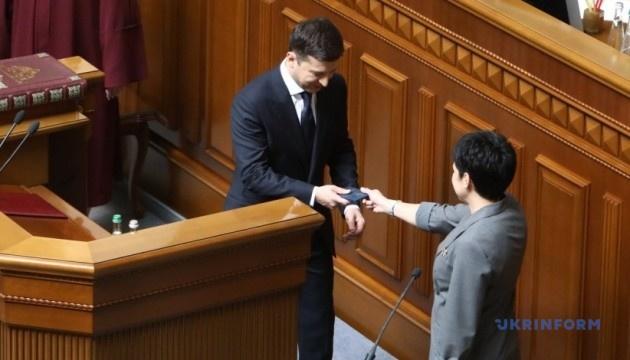 Удостоверение Президента Украины упало на пол после вручения Зеленскому