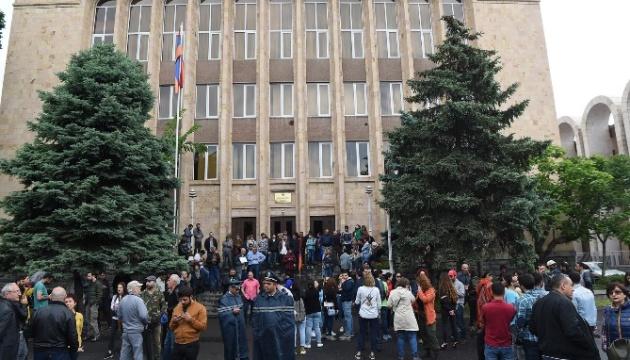 Премьер Армении призывает сограждан прекратить блокировать суды
