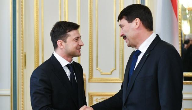 Зеленський обговорив президентом Угорщини продовження тиску на РФ