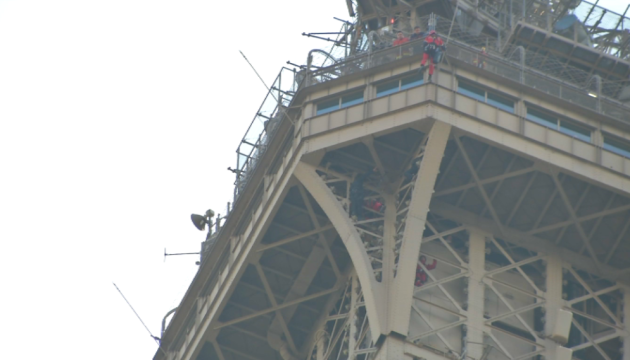 На Ейфелевій вежі намагався вкоротити собі віку мігрант із Росії - ЗМІ