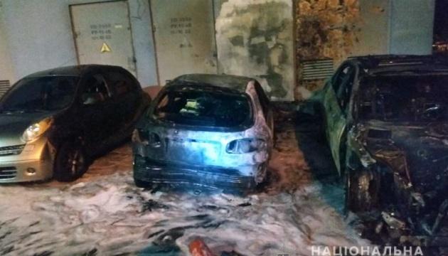 Поліція відкрила справу про підпал п'яти авто у Києві