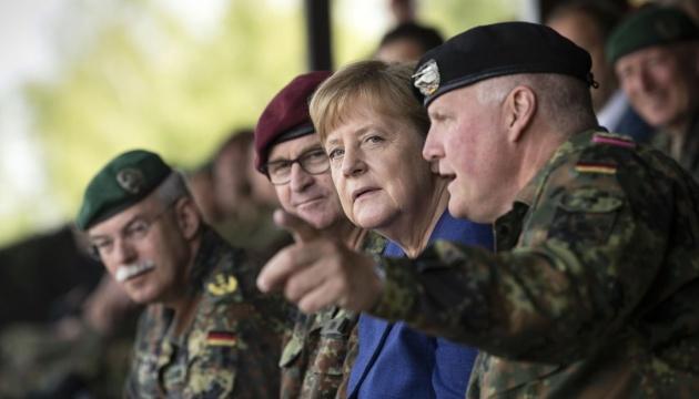 Политика должна опираться на сильную армию — Меркель